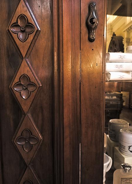 イタリアの模様。食器棚